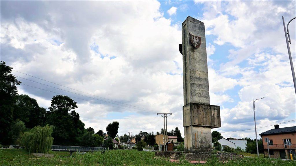 pomnik upamiętniający partyzantów wbodzentynie