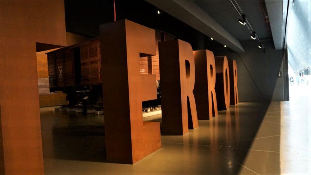 sala zbydlecym wagonem wmuzeum II wojny swiatowej