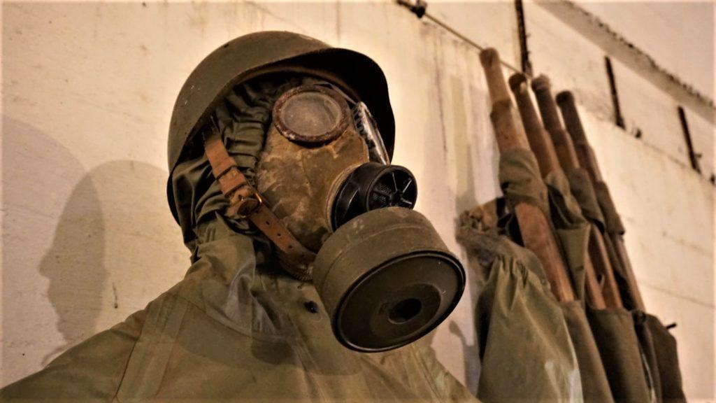 maska przeciwgazowa ikombinezon ochronny czyli czesc wyposazenia zolnierza