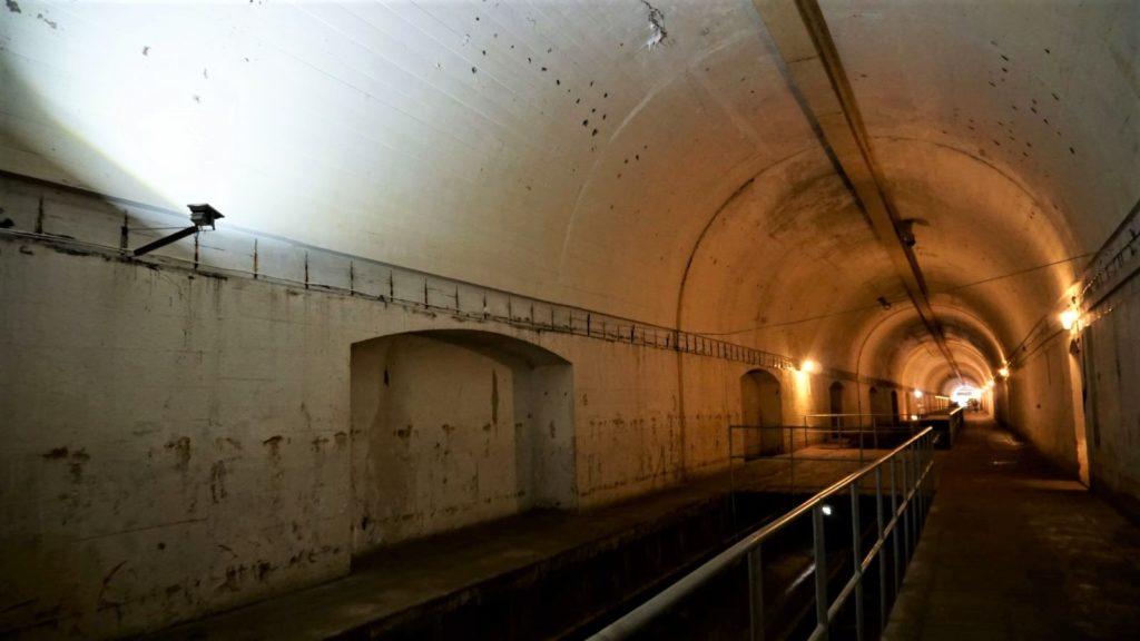 schron kolejowy wkonewce ma długosc 380 metrow