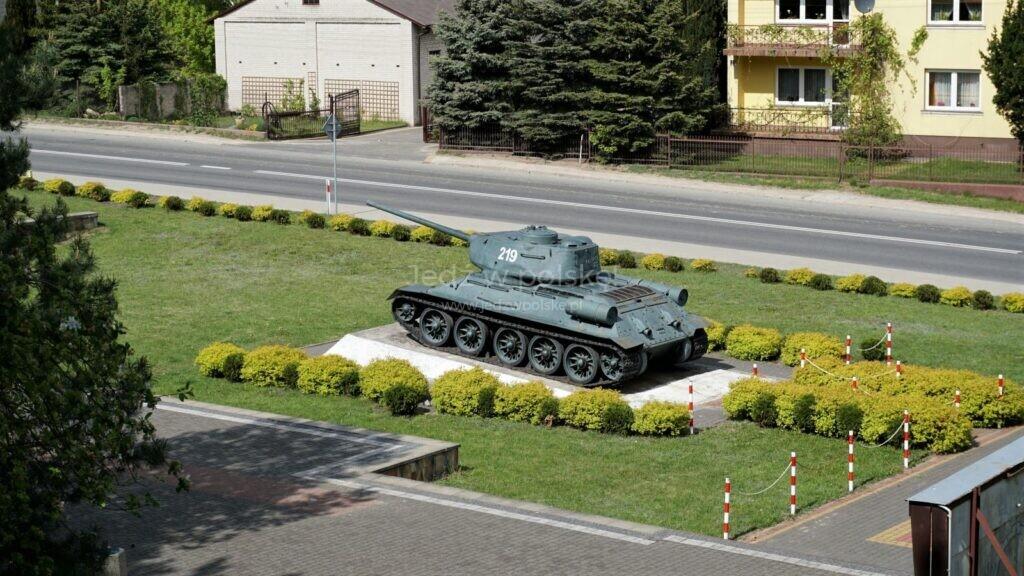 czołg t 34 pomnik upamiętniający walki na przyczółku warecko-magnuszewskim