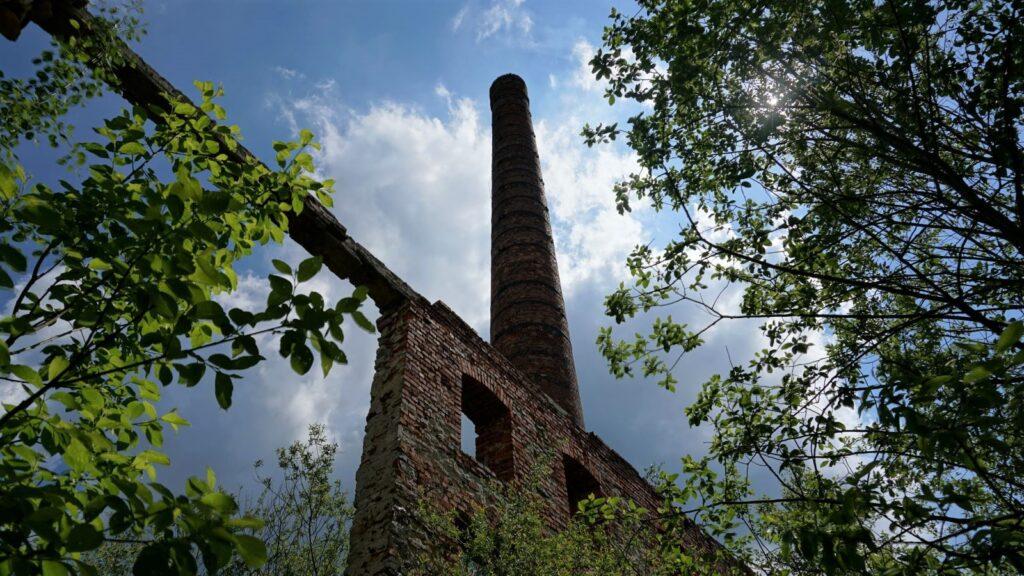 jeden zdwóch kominów starej cegielni