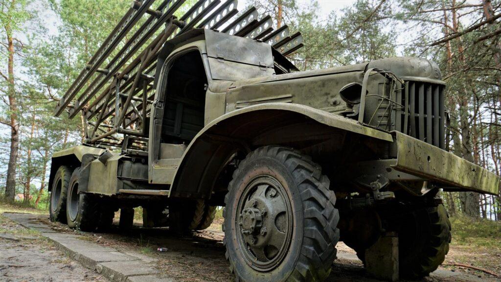 Katiusza - radziecka wyrzutnia rakietowa prezentowana przezskansen bojowy wmniszewie