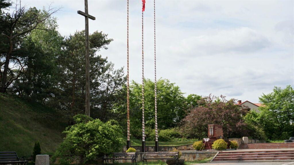Krzyż ipomnik upamiętniające walki oprzyczółek warecko-magnuszewski przy drodze krajowej nr79