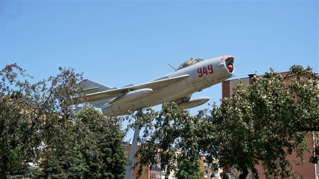 Pomnik lotniczy MiG 17 PF onumerze seryjnym 58310949 inumerze taktycznym 949 stoi naskrzyżowaniu ulic Jana Pawła II iIłżeckiej naosiedlu Pułanki