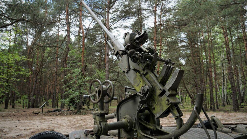 Samobieżna armata przeciwlotnicza 37 mm jako jeden zeksponatów przedstawianych przezskansen bojowy wmniszewie