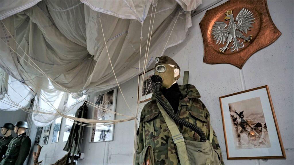 Strój spadochroniarza tojeden zciekawszych eksponatów, które przedstawia naekspozycji Skansen Bojowy wMniszewie