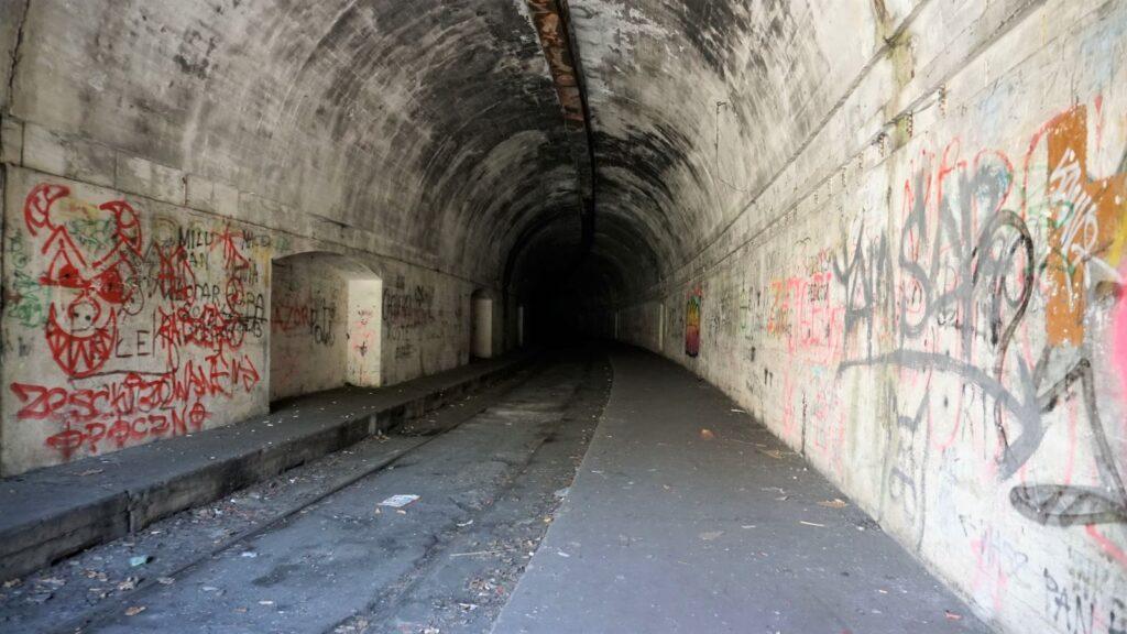 schron kolejowy wjeleniu itorowisko wśrodku