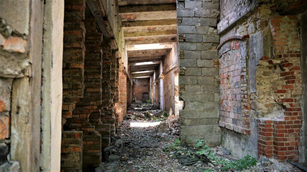 We wnętrzu starej cegielni panował przyjemny chłód