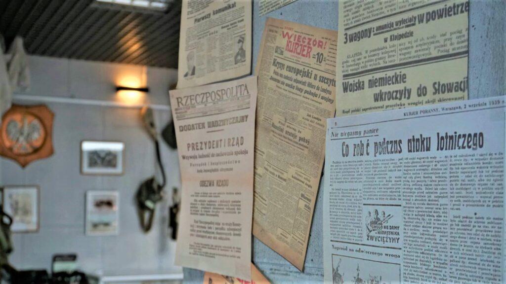 Wycinki zgazet zepoki II wojny światowej tojeden zeksponatów, któryprezentuje usiebie nawystawie skansen bojowy wmniszewie