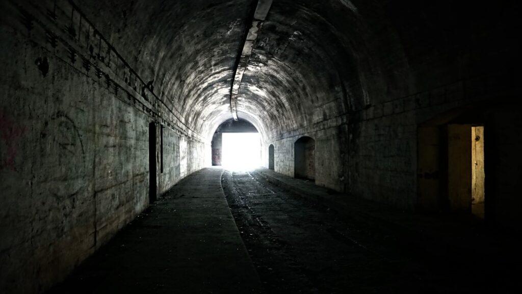 Schron kolejowy wjeleniu wyjście ztunelu