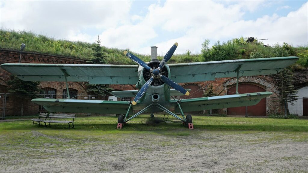Samolot wielozadaniowy An-2 produkcji ZSRR wzbiorach Muzeum Polskiej Techniki Wojskowej