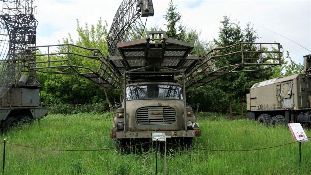 """Stacja radiolokacyjna wykrywania inaprowadzania """"Justyna-51"""" wMuzeum Polskiej Techniki Wojskowej"""