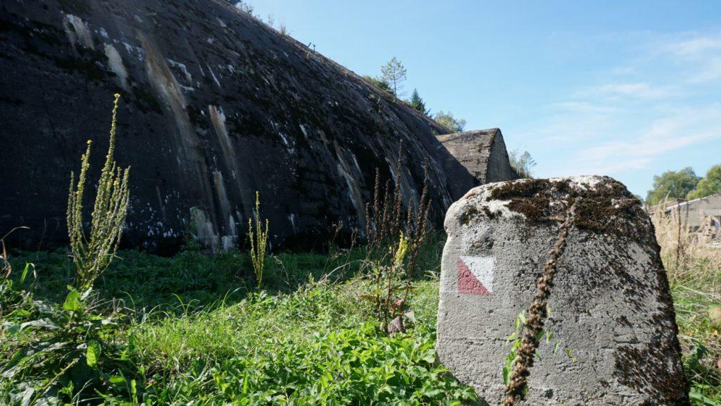 schron kolejowy Stępina-Cieszyna ikamień zczerwonym szlakiem turystycznym