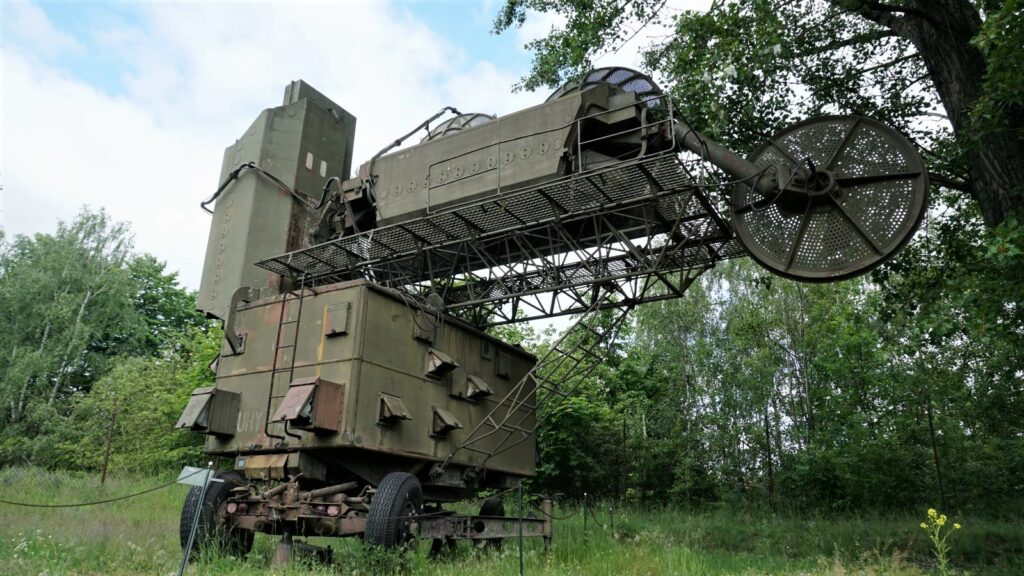 """Stacja naprowadzania przeciwlotniczego zestawu rakietowego """"Wołchow"""" wzbiorach Muzeum Polskiej Techniki Wojskowej wWarszawie"""