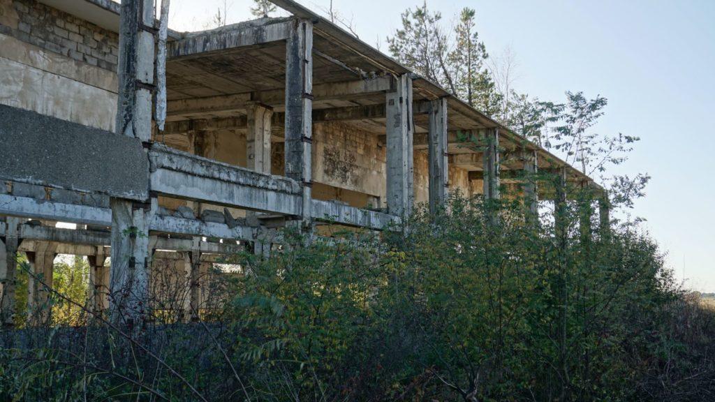 """Stare zabudowania cementowni """"Przyjaźń"""" wWierzbicy straszą swoim wyglądem"""