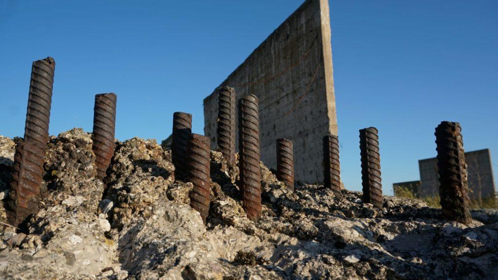 Metalowe pręty naterenie dawnej cementowni wWierzbicy mogą stwarzać zagrożenie dla eksploratorów