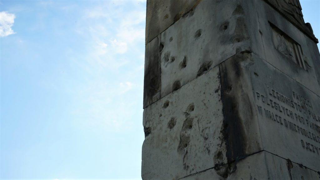 Ślady pokulach napomniku wPakosławiu