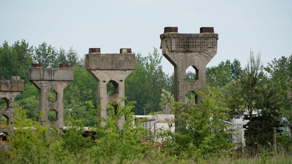 Elementy konstrukcyjne nieistniejącego już budynku cementowni
