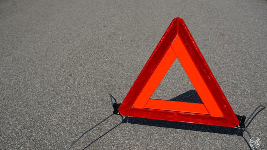 Ustaw trójkąt ostrzegawczy wodpowiedniej odległości zapojazdem